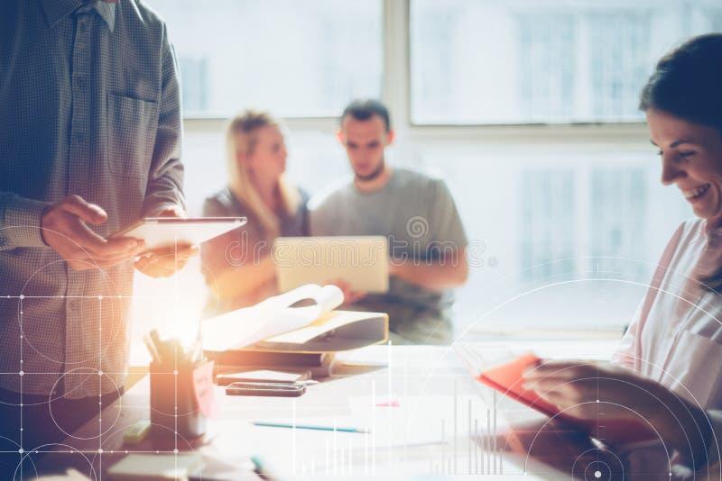Commerciële teambrainstorming Marketing plan het onderzoeken Administratie op de lijst, laptop en de mobiele telefoon royalty-vrije stock foto