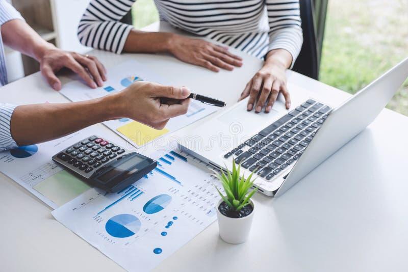 Commerciële teamcollega's die aan conferentie professionele investeerder samenkomen die en een nieuwe marketing bedrijfsstrategie royalty-vrije stock fotografie