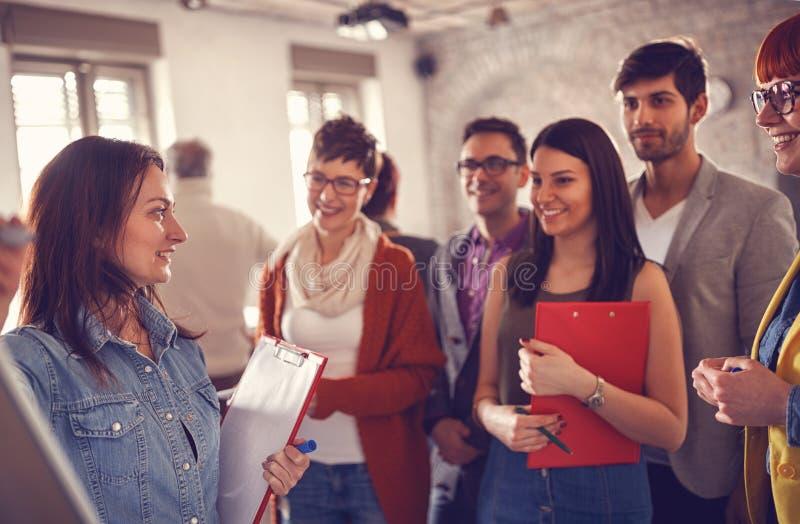 Commerciële teamjongeren met leidersvrouw stock fotografie
