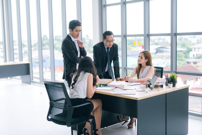 Commerciële teammensen die conferentiebespreking collectief in bureau ontmoeten royalty-vrije stock fotografie