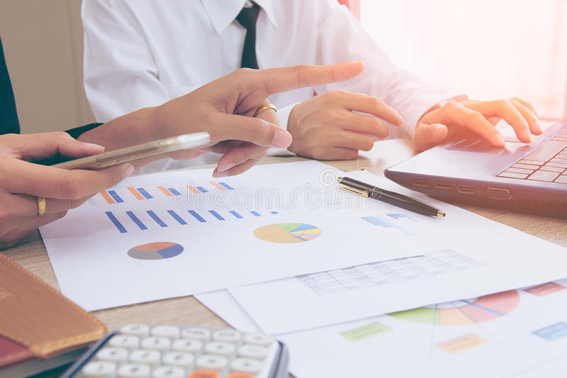Commerciële teamvergadering het raadplegen stock afbeeldingen