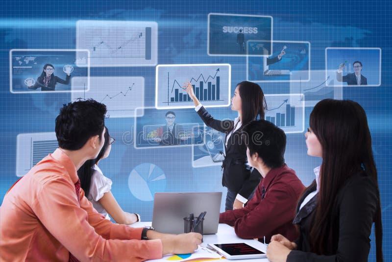 Commerciële teamvergadering over digitale achtergrond vector illustratie