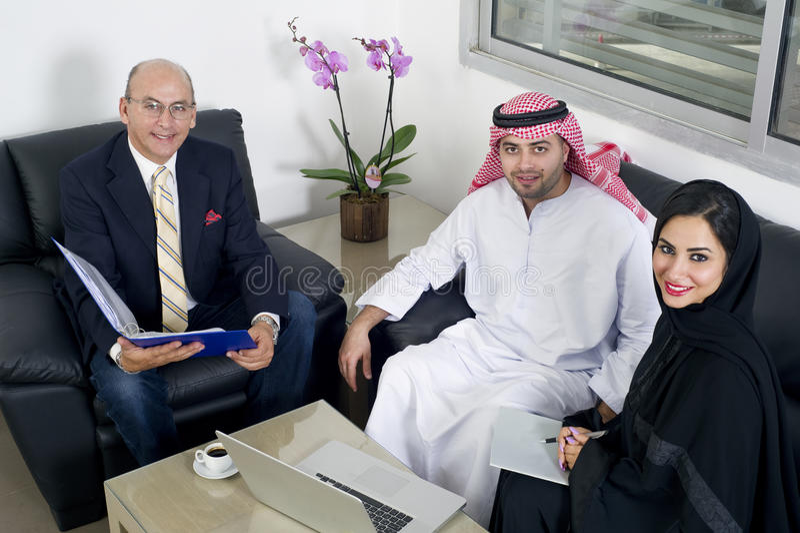 Commerciële Vergadering in bureau, Arabische bedrijfsmensen die Vreemdelingen in bureau samenkomen stock foto's