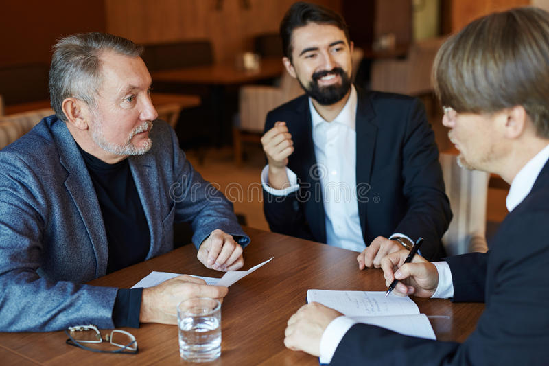 Commerciële Vergadering in Comfortabel Restaurant royalty-vrije stock afbeeldingen