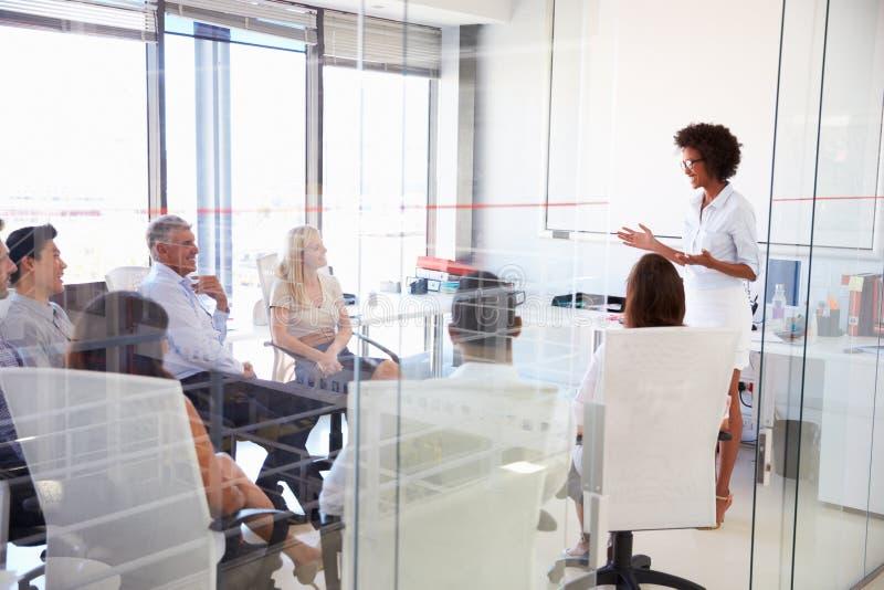 Commerciële vergadering in een modern bureau stock afbeeldingen