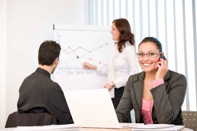 Commerciële vergadering - groep mensen in bureau stock foto