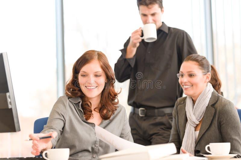 Commerciële vergadering - groep mensen in bureau stock foto's