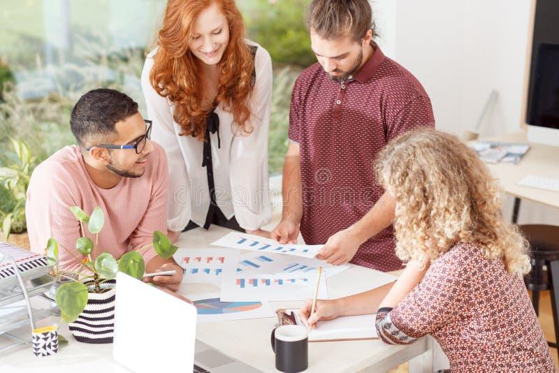Commerciële vergadering in het bureau royalty-vrije stock afbeeldingen