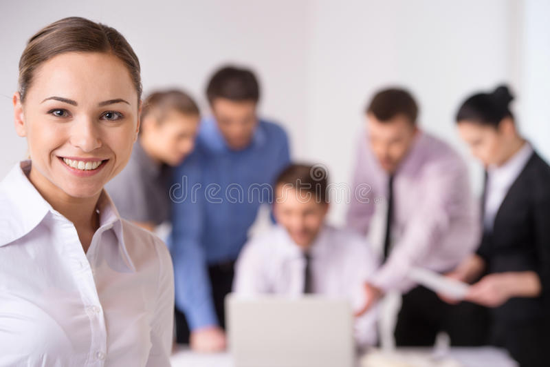 Commerciële vergadering - manager die het werk bespreken met zijn collega's stock foto's