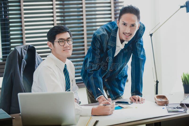 Commerciële vergadering, vennootschap, businessmans bemanning die met nieuw startproject in bureau werken royalty-vrije stock afbeelding