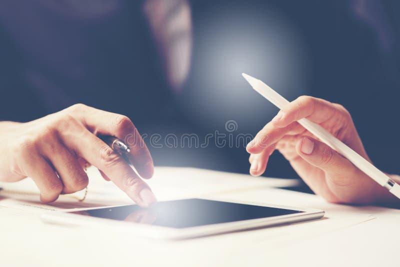 Commerciële vergaderingstijd De managersbemanning die van de foto jonge rekening met nieuw startproject werken notitieboekje op h royalty-vrije stock foto's