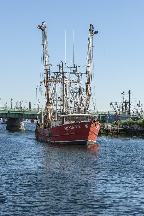 Commerciële vissersboot Kaal Eagle die II haven na het overnemen van ijs verlaten stock foto