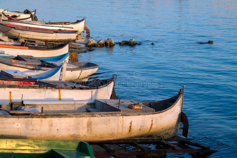 Commerciële vissersbotenrust op de kust door blauwe overzees royalty-vrije stock foto