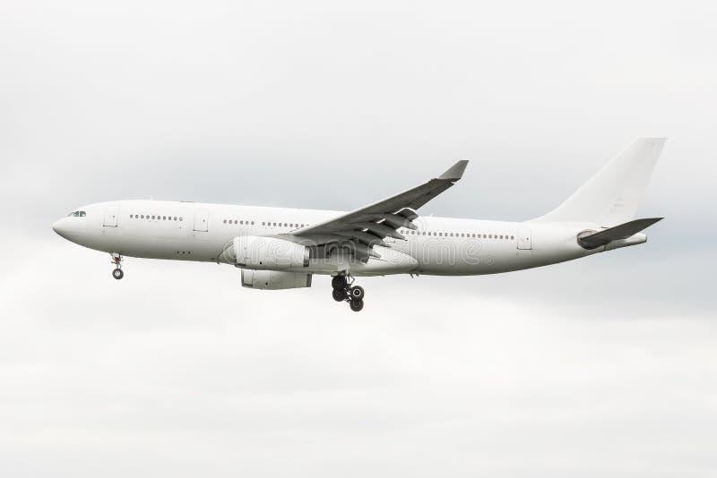 Commerciële vliegtuigen op benadering alvorens tegen bewolkte hemel te landen royalty-vrije stock foto's