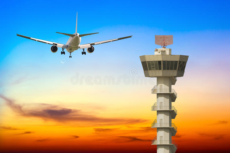 Commerciële vliegtuigstart over de toren van de luchthavencontrole stock afbeelding