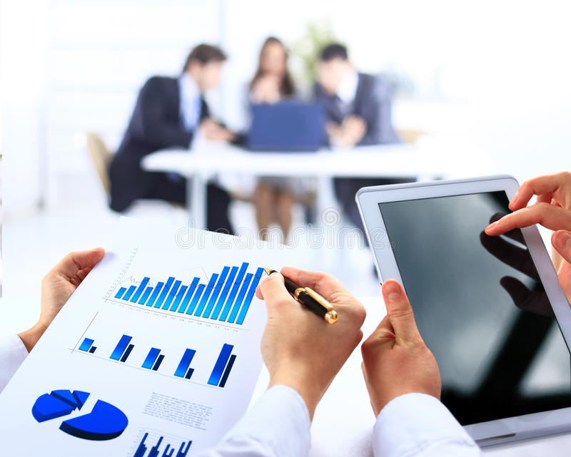 Commerciële werkgroep die financiële gegevens analyseren royalty-vrije stock foto
