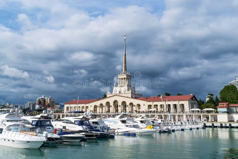 Commerciële zeehaven van Sotchi, Rusland Jachten en schepen op de Zwarte Zee bewolkte dag royalty-vrije stock foto
