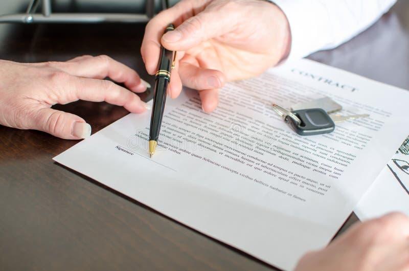 Commerciante che mostra il posto della firma di un contrac fotografia stock