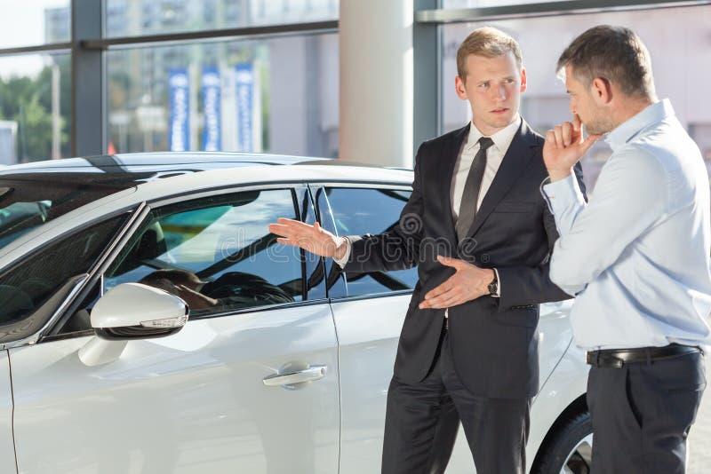 Commerciante di automobile che mostra veicolo fotografia stock