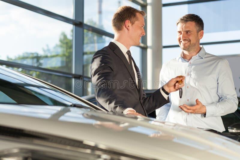 Commerciante di automobile che vende automobile fotografia stock
