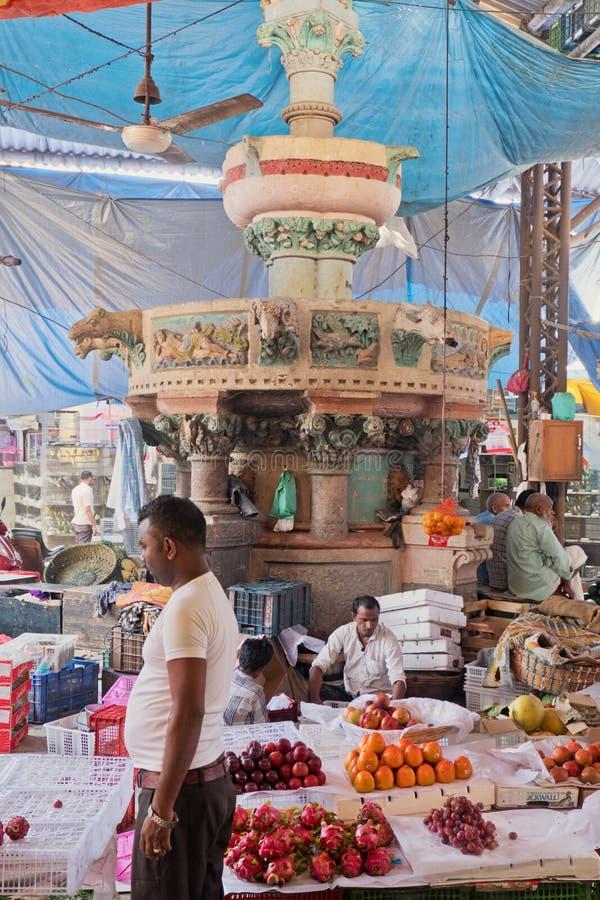 Commercianti sotto un punto di riferimento di Mumbai immagini stock libere da diritti