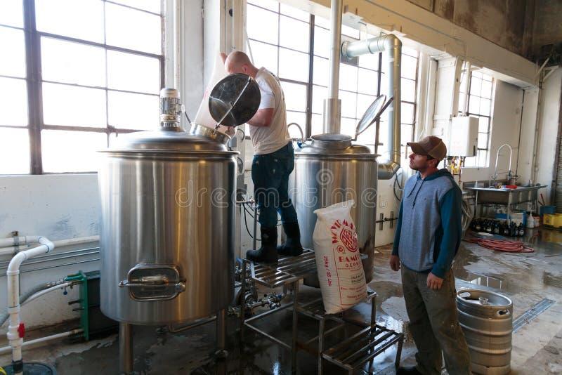 Commercieel Ambachtbier die bij Brouwerij maken stock foto