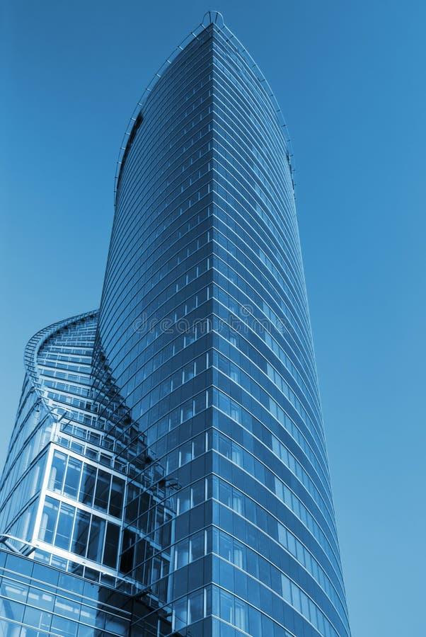 Commercieel centrum dat in blauw wordt gestemd stock foto