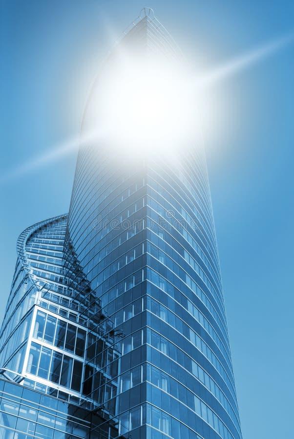 Commercieel centrum dat in blauw wordt gestemd stock fotografie