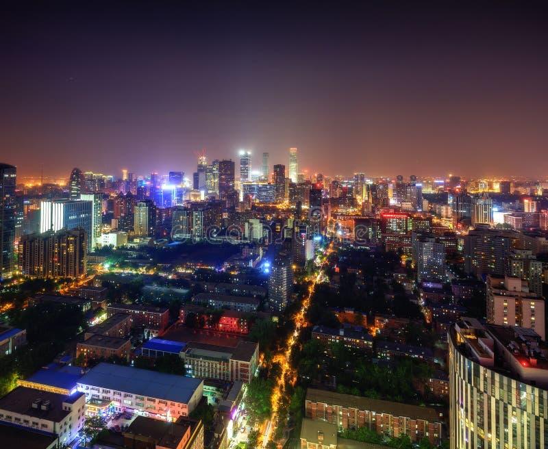 Commercieel centrum van de grote stad bij nacht stock foto's