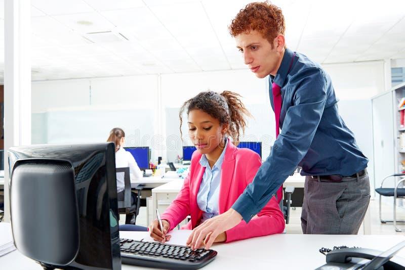 Commercieel multi etnisch team die bij offcebureau werken stock afbeelding