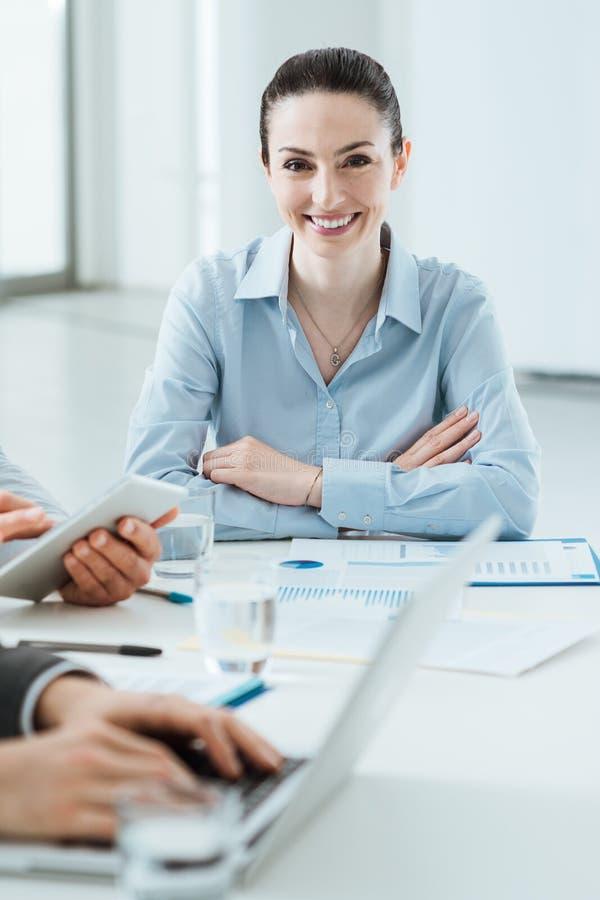Commercieel team aan het werk en het vrouwelijke uitvoerende glimlachen royalty-vrije stock foto's