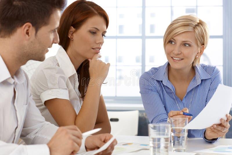 Commercieel team in bespreking stock afbeeldingen