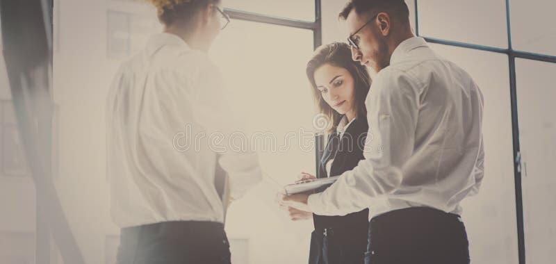 Commercieel team bij het werk proces De jonge beroeps werken met nieuw marktopstarten projectleiders het samenkomen panoramisch stock afbeelding
