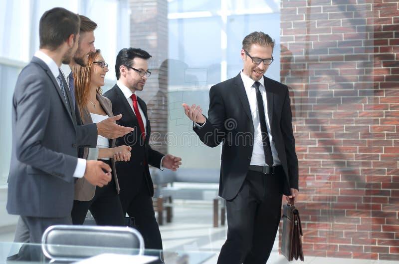 Commercieel team bij werkplaats in bureau stock afbeelding