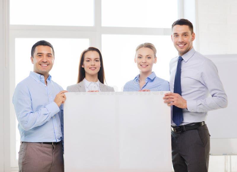Commercieel team in bureau met witte lege raad stock fotografie