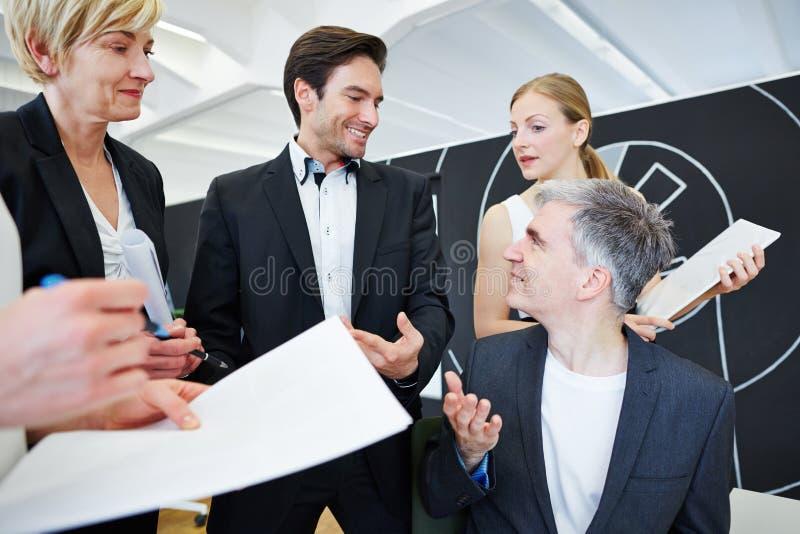 Commercieel Team dat bespreking in bureau heeft royalty-vrije stock afbeelding