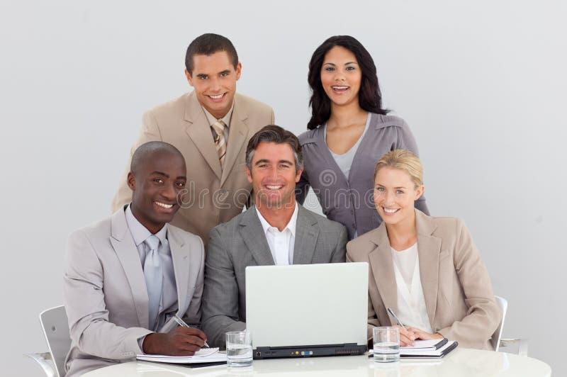 Commercieel team dat in bureau samenwerkt royalty-vrije stock foto