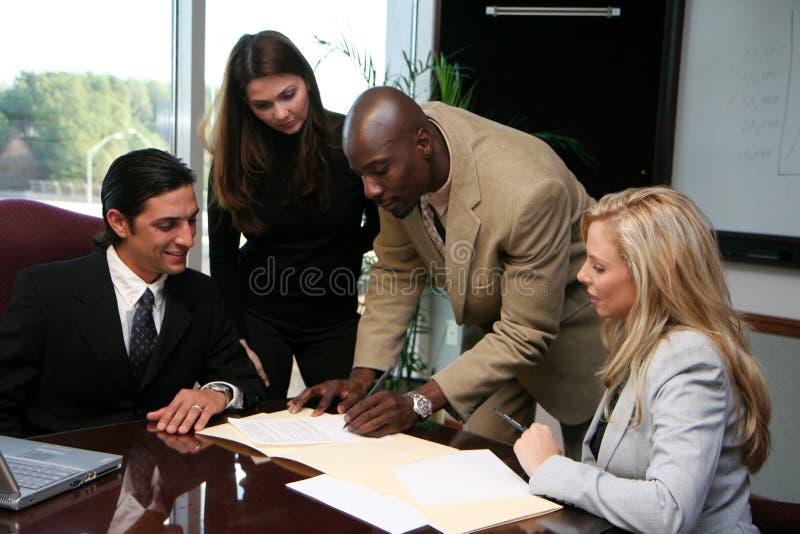 Commercieel Team dat Contract ondertekent stock afbeeldingen