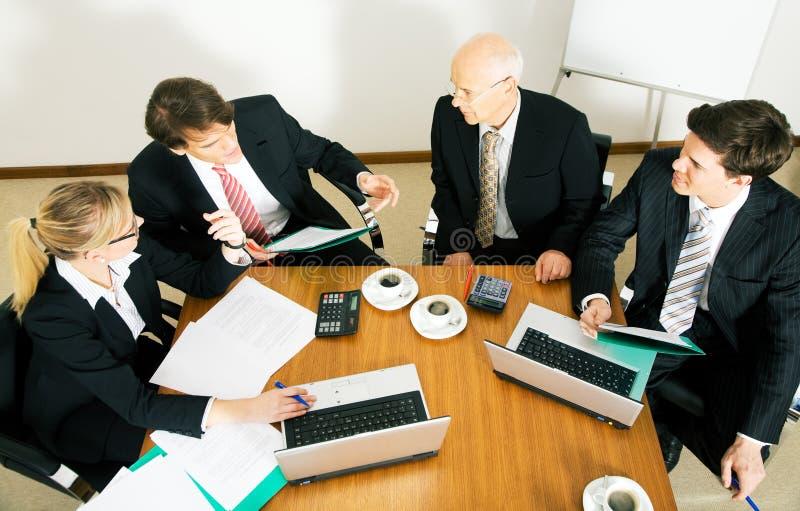 Commercieel Team dat diverse voorstellen bespreekt royalty-vrije stock afbeeldingen