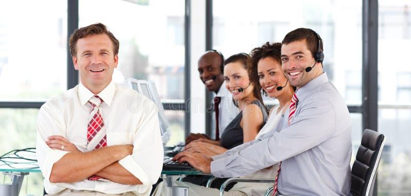 Commercieel team dat in een call centre werkt royalty-vrije stock afbeelding