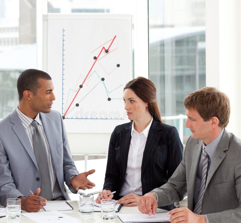 Commercieel team dat in een commerciële vergadering converseert royalty-vrije stock afbeelding