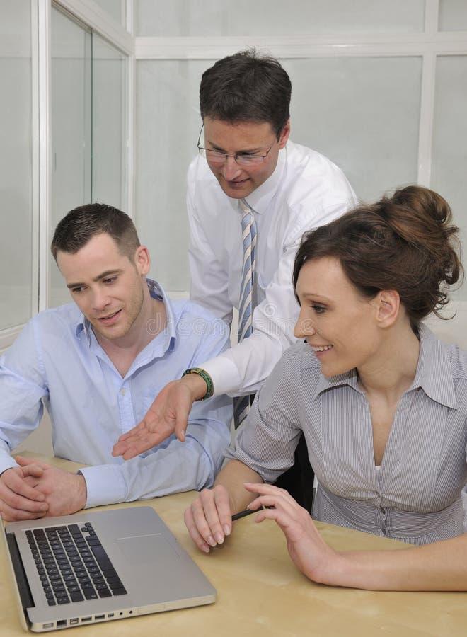 Commercieel team dat een vergadering en een bespreking heeft royalty-vrije stock afbeeldingen