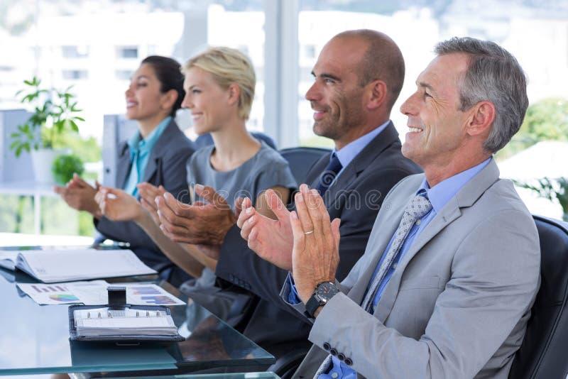 Commercieel team dat een vergadering heeft stock foto