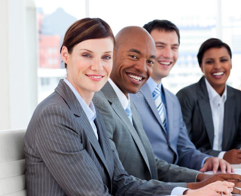 Commercieel Team Dat Etnische Diversiteit Toont Stock Afbeelding