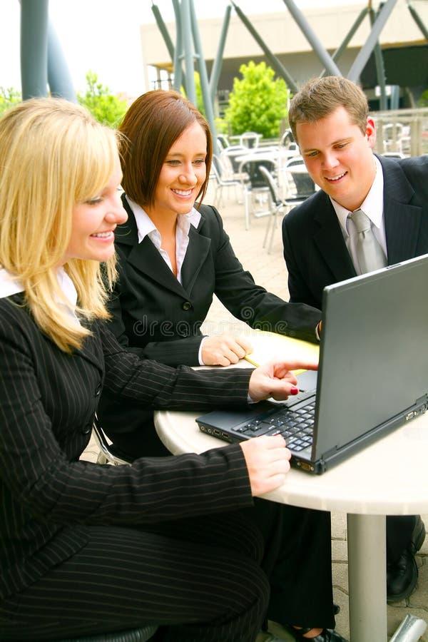 Commercieel Team dat Laptop bekijkt stock afbeelding