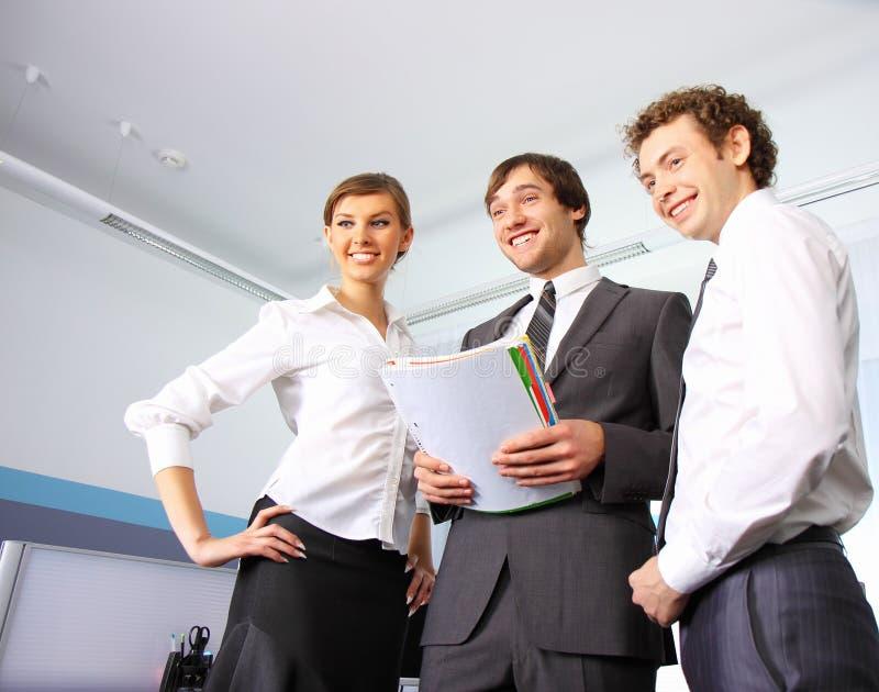 Commercieel team dat op kantoor werkt royalty-vrije stock foto