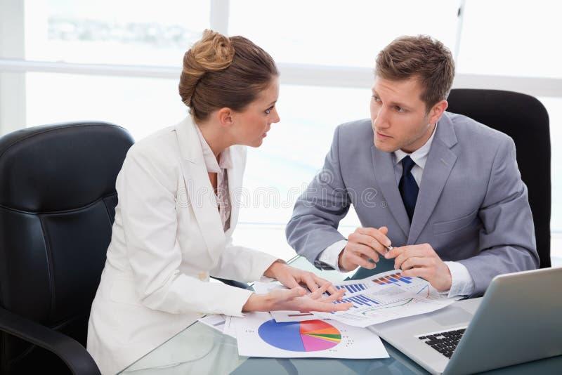 Commercieel team dat over marktonderzoek spreekt stock afbeelding