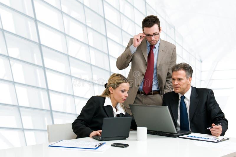 Commercieel team dat samenwerkt stock foto