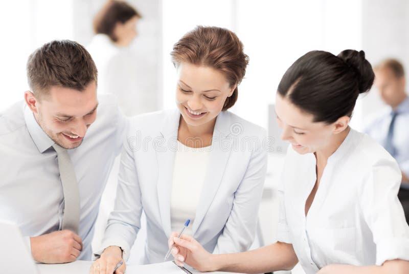 Commercieel team die bespreking in bureau hebben royalty-vrije stock afbeelding