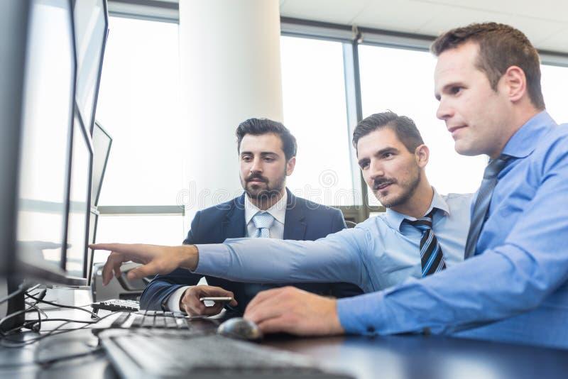 Commercieel team die in collectief bureau werken royalty-vrije stock afbeelding